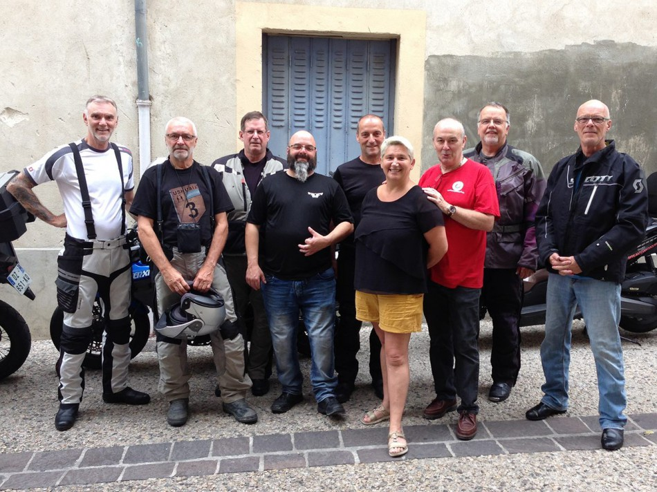 De g. à d. : Richard, Pete, Bill, Pat, Didier, Nathalie, Pascal, Rich et Claude devant chez Motostop (photo : David Robert)