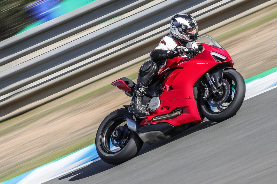 2020-Ducati-Panigale_V2-action-02