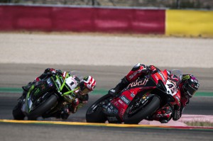Scott Redding devance Jonathan Rea dans la Course 1