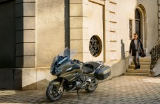 2021-BMW_R11250RT-Action-02
