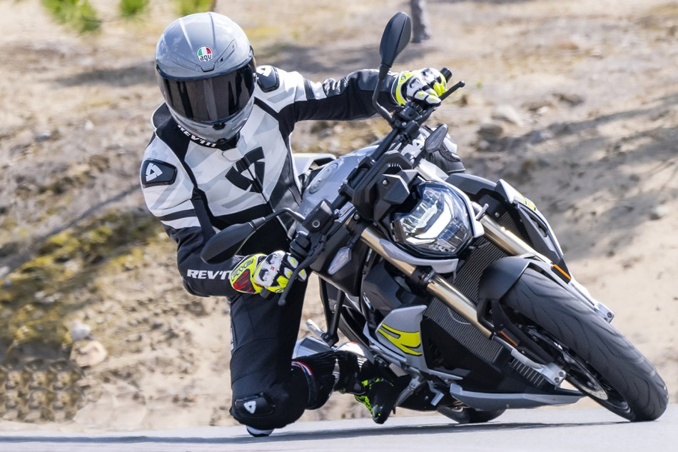2021-BMW-S1000R-Action-04a