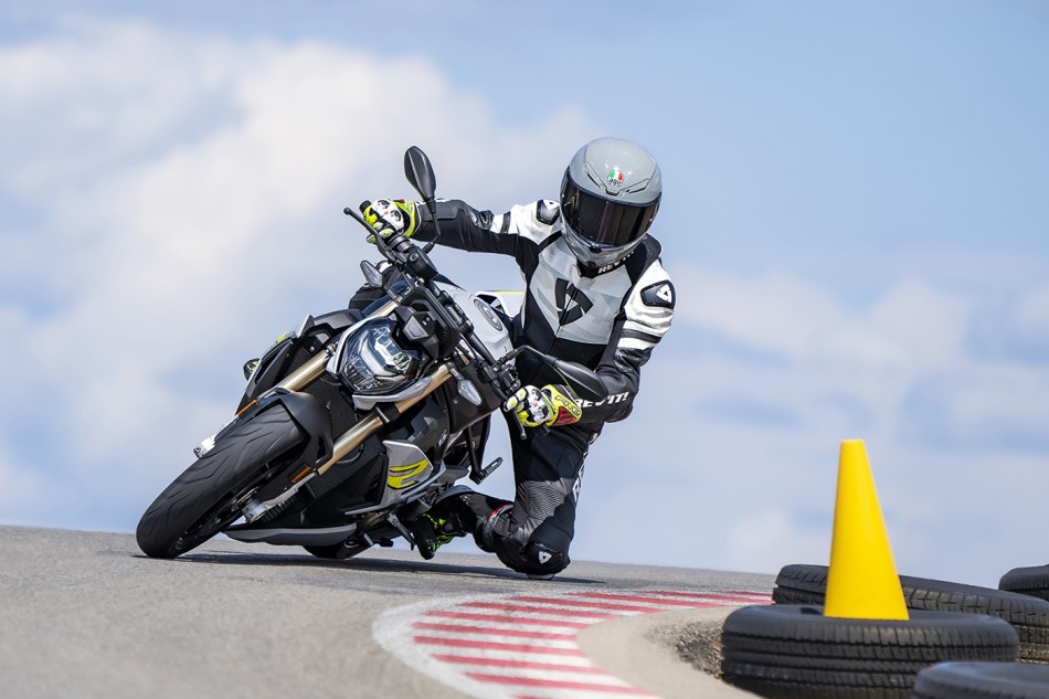 2021-BMW-S1000R-Action-01