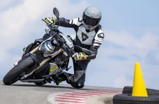 2021-BMW-S1000R-Action-01a