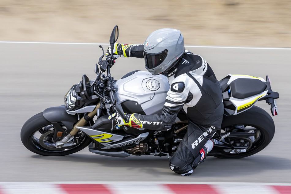 2021-BMW-S1000R-Action-02