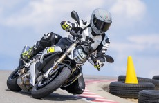 2021-BMW-S1000R-Action-03a