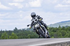 2021-BMW-S1000R-Action-07