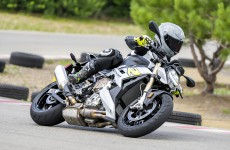 2021-BMW-S1000R-Action-09