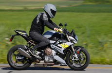 2021-BMW-S1000R-Action-13