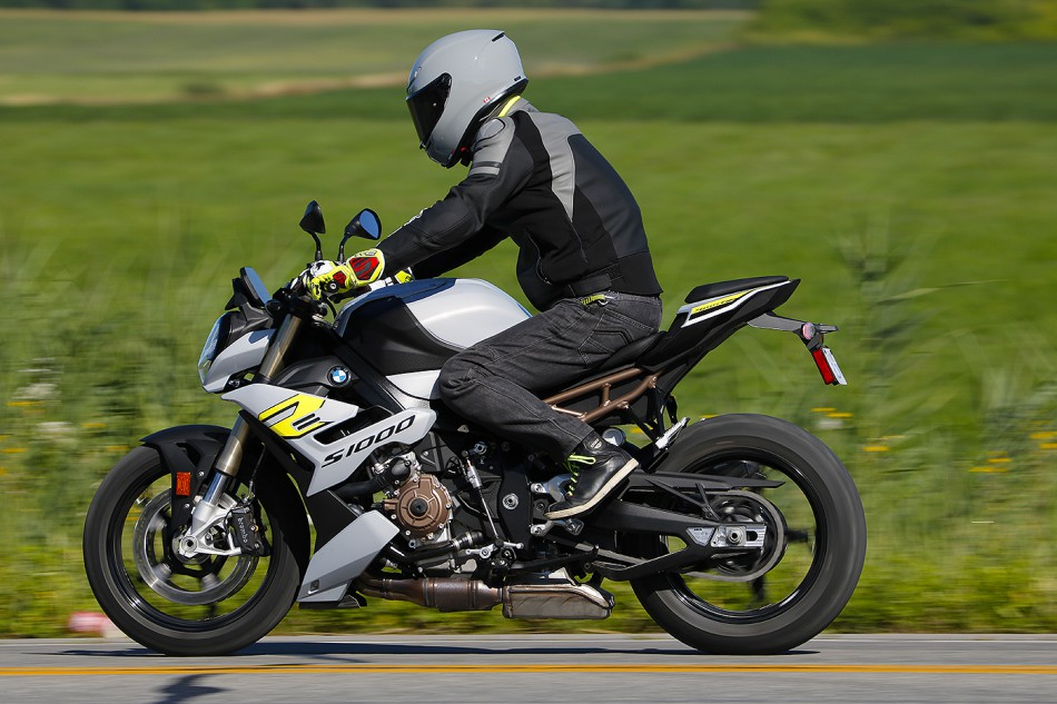 2021-BMW-S1000R-Action-14